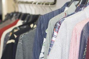 Chemises dans les rayons d'un magasin