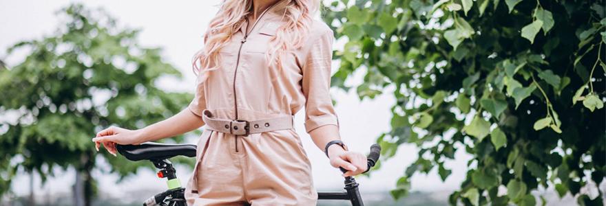 Femme portant une combinaison fluide sur un vélo