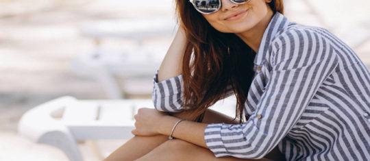 Femme souriante portant une robe chemise